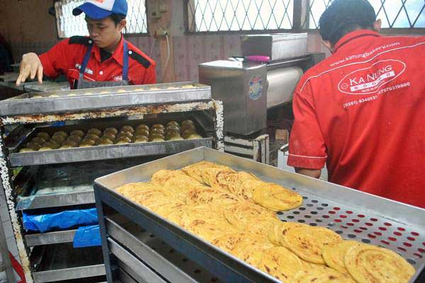 Pekerja mengerjakan pembuatan roti maryam di industri rumahan Ka Nung Bakery Bogor, Jalan Sadane, Empang, Kota Bogor, Jawa Barat, Senin (5/6). - Antara/Arif Firmansyah