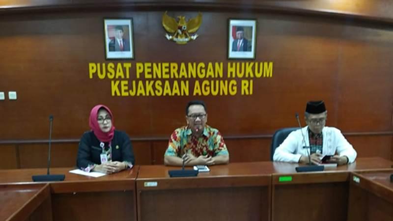 Kapuspenkum Kejagung Hari Setiyono (tengah), dokter Dyah (kiri) dan Siswo Cendikia ahli forensik kejaksaan saat memberikan klarifikasi kepada wartawan(kanan), Jumat (31/1/2020) - Bisnis/Sholahuddin Al Ayyubi