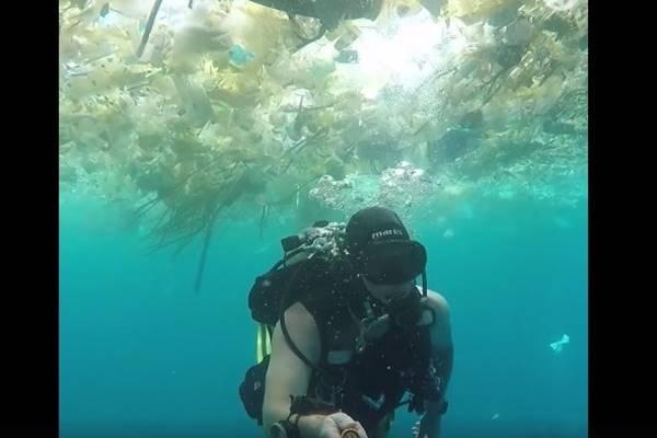 - Seorang penyelam asal Inggris merekam berbagai sampah berserakan di laut saat menyelam di lepas pantai resor wisata Bali.  - www.guardian.com