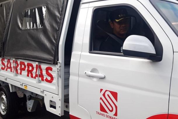 Wali Kota Semarang Hendrar Prihadi saat mencoba mobil Esemka di halaman Balaikota Semarang. - Alif Nazzala Rizqi