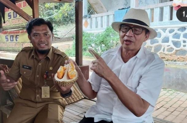 Gubernur Banten menunjukan salah satu komoditas hasil pertanian Provinsi Banten yakni buah durian saat berkunjung ke salah satu kebun durian di Pabuaran Kabupaten Serang. - Antara