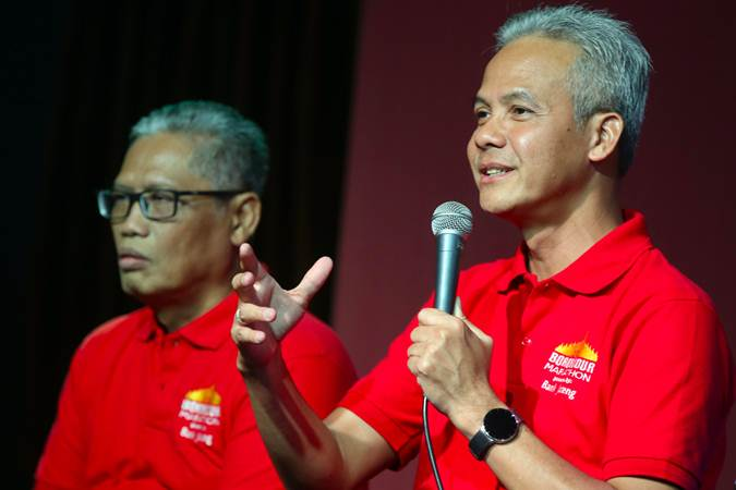 Gubernur Jawa Tengah Ganjar Pranowo (kanan) bersama Direktur Utama Bank Jateng Supriyatno memberikan penjelasan tentang Borobudur Marathon 2019, di Jakarta, Selasa (18/6/2019). - Bisnis/Abdullah Azzam