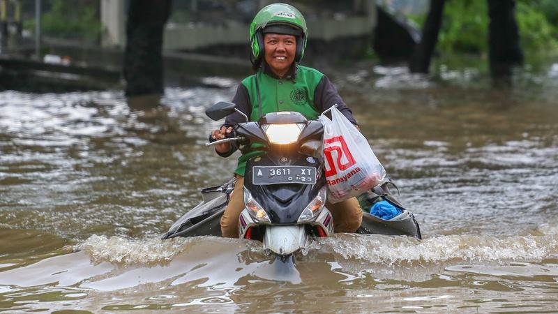 Pengendara melintasi banjir di Jalan Raya Regency, Kota Tangerang, Banten, Sabtu (1/2/2020). -  ANTARA / Fauzan