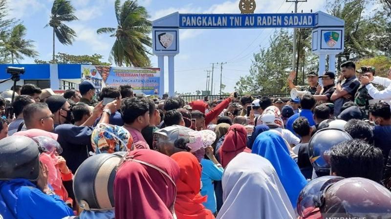 Warga Natuna melakukan aksi unjuk rasa di depan gerbang pangkalan TNI Angkatan Udara Raden Sadjad, Ranai, Natuna, Kepulauan Riau, Sabtu (1/2/2020), menolak kedatangan Warga Negara Indonesia (WNI) dari Wuhan, China. - Antara