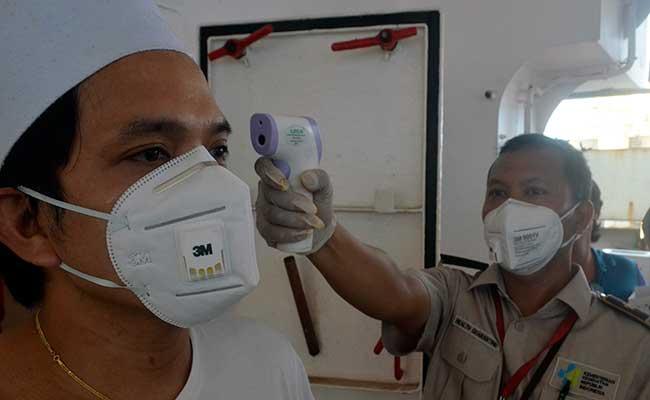 Petugas Kantor Kesehatan Pelabuhan (KKP) memindai suhu tubuh (thermoscan) anak buah kapal (ABK) Nong Lyla dari negara China menggunakan alat termometer di yang berlabuh di pelabuhan IPC Panjang, Bandar Lampung, Lampung, Selasa (29/1/2020). Pemeriksaan tersebut untuk mengantisipasi penyebaran virus Corona yang telah mewabah di beberapa negara khususnya Tiongkok. ANTARA FOTO - Ardiansyah