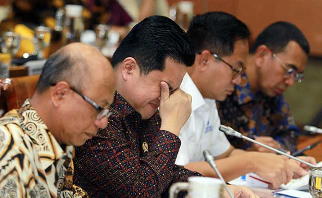 Meneg BUMN Erick Thohir (tengah) bersama Wakil Menteri Kartika Wirjoatmajo (kedua kanan) dan Dirut Jiwasraya Hexana Tri Sasongko (kiri) saat mengikuti rapat kerja Panja Jiwasraya bersama komisi VI di Gedung Parlemen DPR RI, Senayan, Jakarta, Rabu (29/1/2020). Dalam raker tersebut Panja meminta Kementerian BUMN segera membayarkan polis asuransi nasabah yang dimulai pada bulan Maret 2020.ANTARA FOTO - Muhammad Iqbal