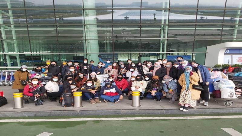 Para WNI yang berada di Wuhan, Provinsi Hubei China, bersiap-siap dievakuasi ke Indonesia menggunakan pesawat Batik Air, Sabtu (1/2/2020). - Dok. KBRI Beijing