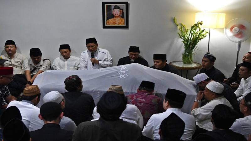 Sejumlah kerabat dan rekan berdoa di depan jenazah KH Salahuddin Wahid atau Gus Sholah di Mampang Prapatan, Jakarta, Senin (3/2/2020) dini hari. Ulama yang juga adik kandung Presiden ke-4 RI Abdurrahman Wahid atau Gus Dur itu meninggal dunia usai kritis setelah operasi jantung di Rumah Sakit Jantung Harapan Kita, Jakarta. - Antara