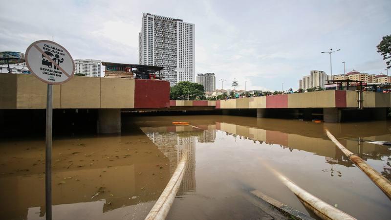 Banjir menutupi Underpass Kemayoran, Jakarta, Minggu (2/2/2020). Banjir di kawasan tersebut diakibatkan intensitas hujan yang tinggi dan drainase yang buruk. - Antara