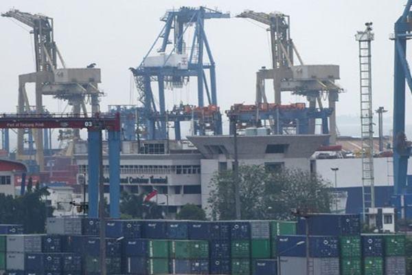 Dokumentasi suasana bongkar muat peti kemas di Pelabuhan Tanjung Priok, Jakarta. - Antara