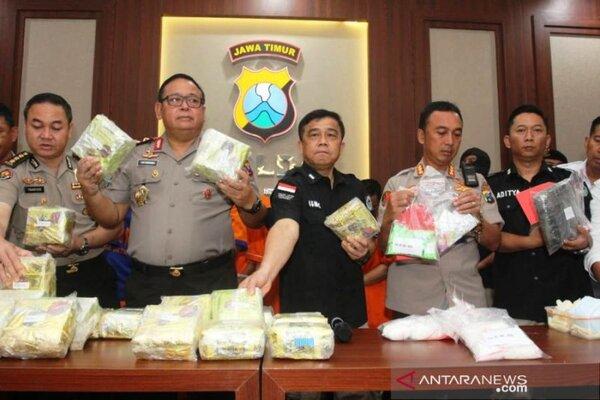 Kapolda Jatim Irjen Pol Luki Hermawan menunjukkan barang bukti sabu-sabu yang disita dari dua tersangka asal Malaysia di Surabaya, Senin (3/2/2020). - Antara/Didik Suhartono