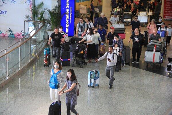 Wisatawan tiba di Bandara Ngurah Rai. - Bisnis/Busrah Ardans