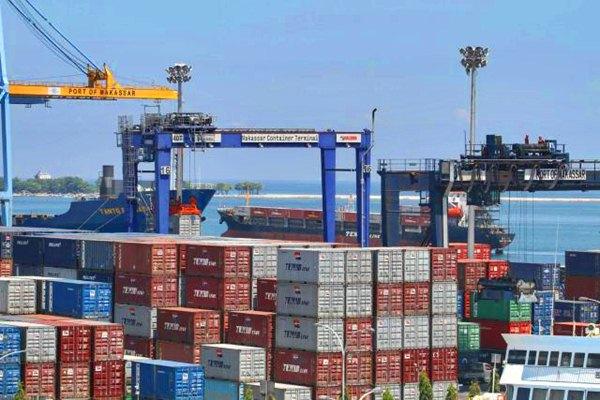 Aktivitas bongkar muat di terminal petikemas Pelabuhan Makassar, Sulawesi Selatan, Senin (17/4). - JIBI/Paulus Tandi Bone