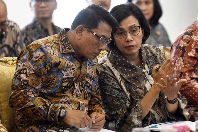 Menteri Keuangan Sri Mulyani (kanan) berbincang dengan Kepala Staf Presiden Moeldoko (kiri) disela-sela Sidang Kabinet Paripurna tentang ketersediaan anggaran dan pagu indikatif 2020 di Istana Bogor, Jawa Barat, Selasa (23/4/2019). - ANTARA/Puspa Perwitasari