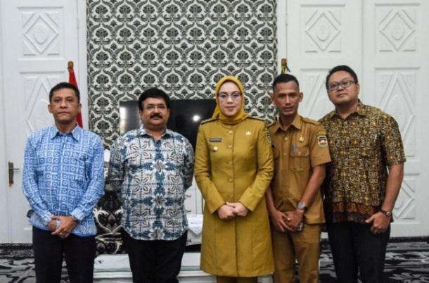 Bupati Purwakarta Anne Ratna Mustika (tengah) menerima jajaran Direksi PT Indo Bharat Rayon (IBR). - Istimewa