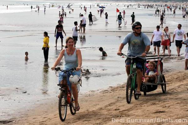 Wisatawan di Pantai Kuta.