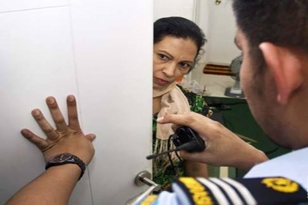 Petugas Imigrasi memeriksa pendatang. - Antara
