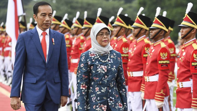 Presiden Joko Widodo (kiri) bersama Presiden Singapura Halimah Yacob (kanan) melakukan inspeksi barisan saat menerima kunjungan kenegaraan di Istana Bogor, Jawa Barat, Selasa (4/2/2020). - ANTARA / Hafidz Mubarak A