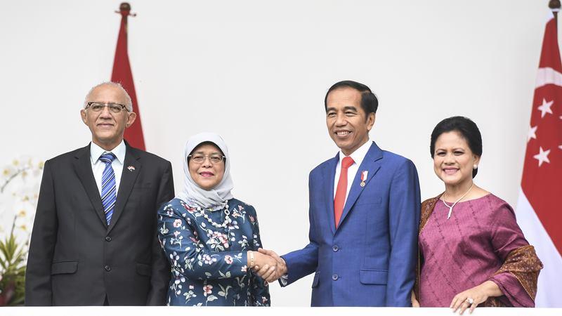 Presiden Joko Widodo (kedua kanan) didampingi Ibu Negara Iriana Joko Widodo (kanan) menerima kunjungan kenegaraan Presiden Singapura Halimah Yacob (kedua kiri) didampingi suami Mohammed Abdullah Alhabshee (kiri) di Istana Bogor, Jawa Barat, Selasa (4/2/2020). -  ANTARA / Hafidz Mubarak A