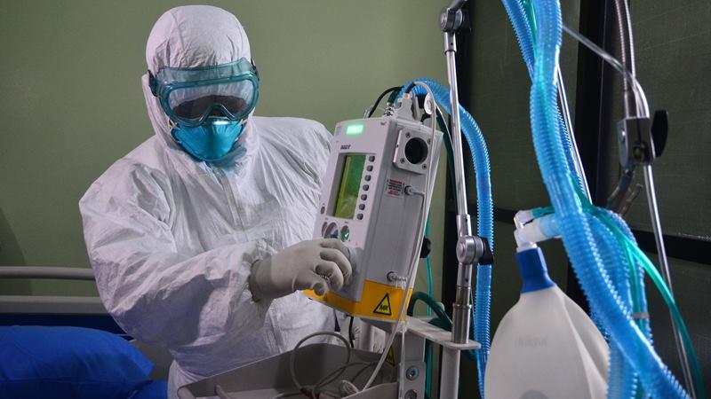 Tim medis melakukan pemeriksaan terhadap seorang pasien saat kegiatan simulasi penanganan virus Corona di RSUD Dr. Loekmono Hadi, Kudus, Jawa Tengah, Sabtu (1/2/2020). -  ANTARA / Yusuf Nugroho