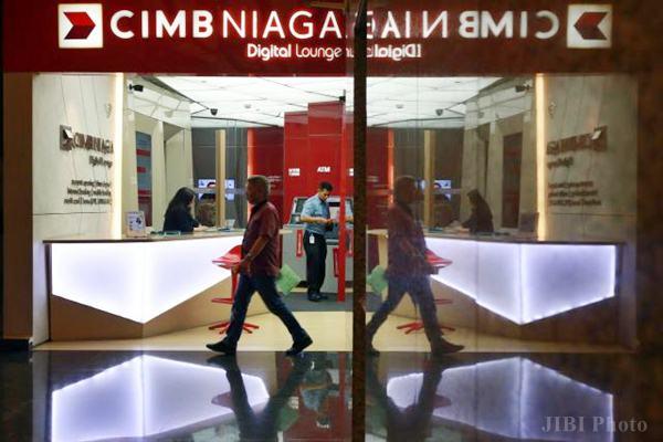 Karyawan beraktivitas di kantor cabang CIMB Niaga di Jakarta, Jumat (17/2). - JIBI/Abdullah Azzam