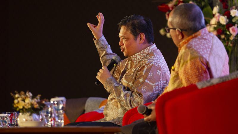 Menteri Koordinator Bidang Perekonomian Airlangga Hartarto (kiri) - Antara/Dhemas Reviyanto