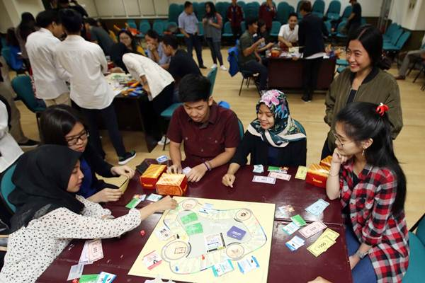 ilustrasi - Peserta mengikuti permainan literasi keuangan dengan board games di acara final FWD Olympic 2017 di Jakarta, Kamis (23/11). - JIBI/Abdullah Azzam