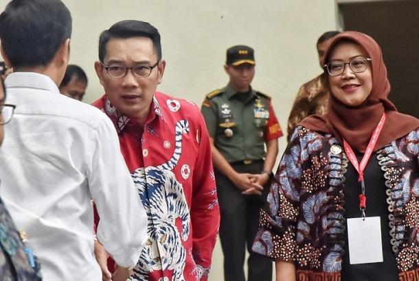 Gubernur Jabar Ridwan Kamil (tengah) berjabat tangan dengan Presiden Jokowi - Istimewa