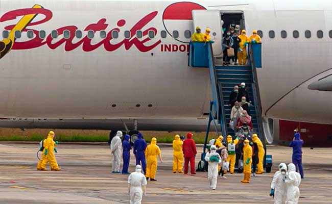 Sebanyak 238 WNI yang dievakuasi dari Kota Wuhan, China turun dari pesawat setibanya di Bandara Hang Nadim, Batam, Kepulauan Riau, Minggu (2/2/2020). WNI yang dievakuasi dari Wuhan tersebut kemudian diterbangkan kembali menuju Ranai, Natuna untuk menjalani observasi. ANTARA FOTO - M N Kanwa.
