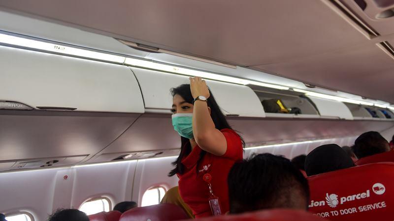 Pramugari maskapai Wings Air menggunakan masker saat melayani penerbangan menuju Ranai, Natuna di Bandara Hang Nadim, Batam, Selasa (4/2/2020). -  ANTARA / M Risyal Hidayat