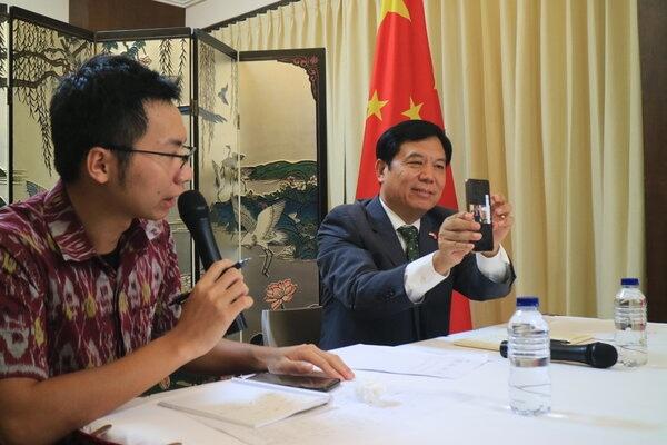 Konsulat Jenderal Republik Rakyat Tiongkok di Bali, Mr Gou Haodong (kanan) saat menjelaskan kepada wartawan dalam jumpa pers di Gedung Konsulat Jenderal Republik Rakyat Tiongkok, Selasa (4/2/2020). - Bisnis/Busrah Ardans