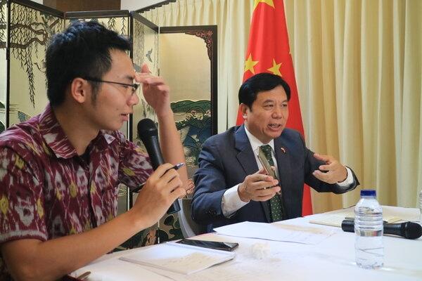 Konsulat Jenderal Republik Rakyat Tiongkok, Mr Gou Haodong (kanan) bersama Konsular Muda, Li Changda (kiri) saat konferensi pers di Gedung Konsulat Jenderal Republik Rakyat Tiongkok di Denpasar, Selasa (4/2/2020). - Bisnis/Busrah Ardans