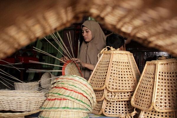 Perajin membuat kerajinan berbahan rotan di salah satu industri rumahan di Makassar, Sulawesi Selatan, Rabu (22/1/2020). OJK Sulampua mencatat kredit UMKM di Sulsel naik kisaran 2,52 persen pada 2019. - Antara/Arnas Padda