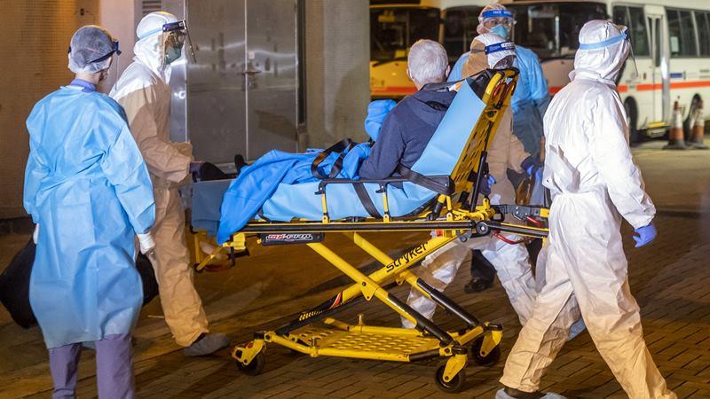 Ilustrasi - Pekerja medis mengangkut seorang pasien yang diyakini terjangkir virus corona di Hong Kong, China. -  Justin Chin / Bloomberg