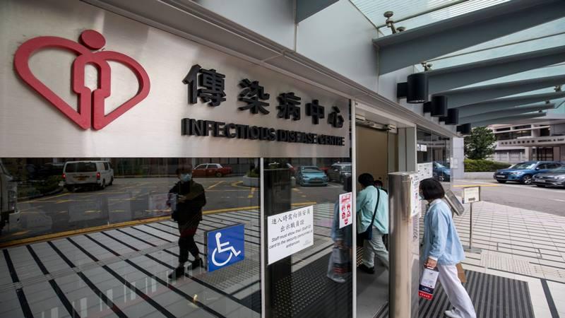 Beberapa orang memasuki Pusat Penyakit Menular di Rumah Sakit Princess Margaret di Hong Kong, China, pada hari Selasa, 4 Februari 2020. Hong Kong melaporkan kematian akibat virus corona, yang mengonfirmasi kematian kedua di luar China daratan, di mana hampir 20.500 kasus telah dilaporkan. - Bloomberg
