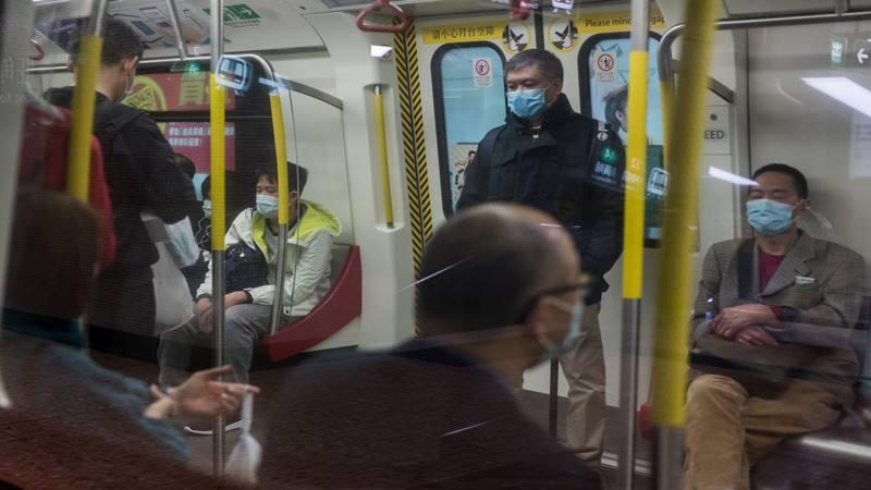 Penumpang mengenakan masker pelindung melakukan perjalanan di atas kereta api yang dioperasikan oleh MTR Corp di Hong Kong, China, pada hari Selasa, 4 Februari 2020. Hong Kong melaporkan kematian akibat virus corona, mengonfirmasikan kematian kedua di luar China daratan, di mana hampir 20.500 kasus memiliki telah dilaporkan. - Bloomberg