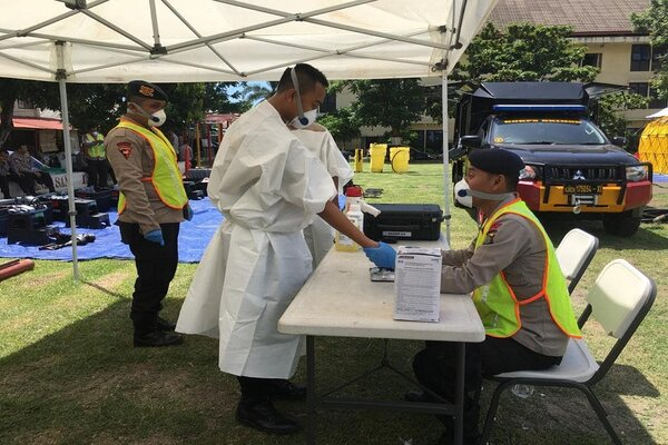 Satbrimob Polda Bali khususnya Unit KBR-N (Kimia, Biologi, dan Radioaktif-Nuklir) Detasemen Gegana melaksanakan kegiatan latihan KBRN dalam rangka kesiapsiagaan satuan guna menghadapi merebaknya virus Corona (2019-nCOV), Selasa (4/2 - 2020).