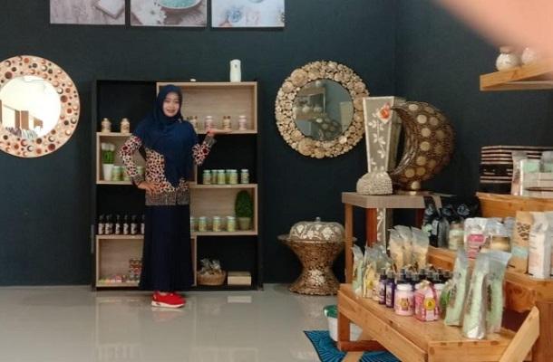 Septi Ariyani mampu mengolah garam menjadi bahan baku untuk pembuatan produk kosmetik bernilai jual tinggi. - Bisnis/Hakim Baihaqi