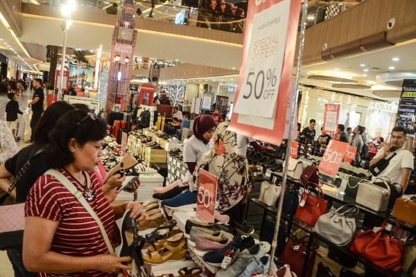Sejumlah pengunjung melihat barang-barang yang dijual dengan harga diskon di sebuah pusat perbelanjaan di Bekasi, Jawa Barat, Sabtu (7/12/2019). Jelang libur Natal dan Tahun Baru, pusat perbelanjaan menawarkan barang- barang dengan harga diskon untuk menarik minat pembeli dan salah satu cara agar target penjualan tercapai pada akhir tahun. - ANTARA FOTO/Fakhri Hermansyah