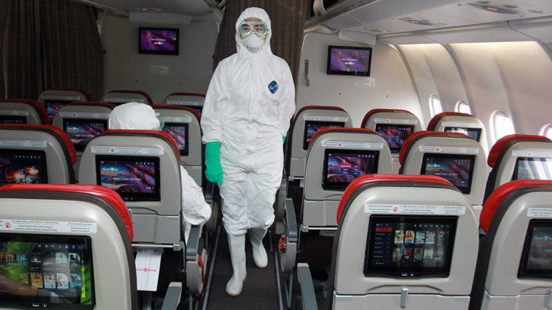 Kabin krew dengan mengenakan baju steril melakukan persiapan akhir di dalam pesawat tipe A-330 milik Batik Air ID 8618 yang akan digunakan untuk menjemput Warga Negara Indonesia (WNI) di Wuhan, China, di Bandara Soekarno-Hatta, Tanggerang, Sabtu (1/2/2020). -  ANTARA / Muhammad Iqbal