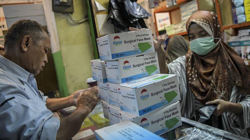 Pedagang melayani calon pembeli masker. - Antara/ Galih Pradipta