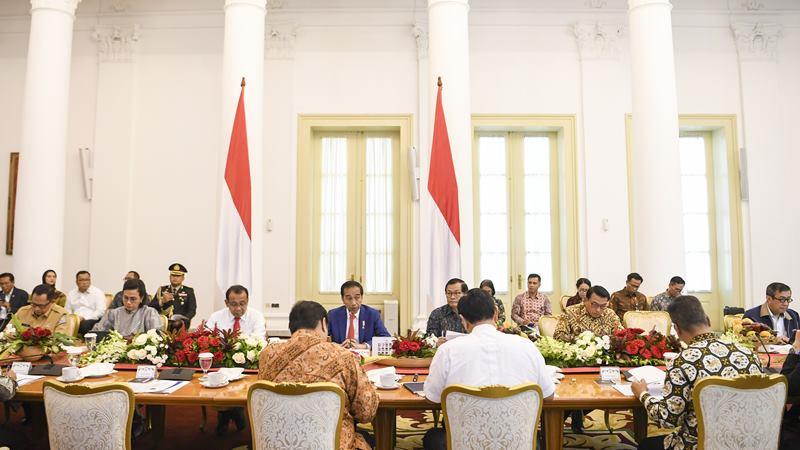 Presiden Joko Widodo (tengah) memimpin rapat terbatas (ratas) di Istana Bogor, Jawa Barat, Selasa (4/2/2020). -  ANTARA / Hafidz Mubarak A