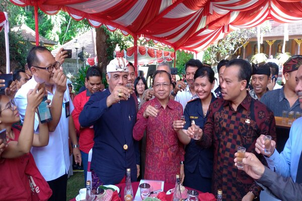 Gubernur Bali Wayan Koster (tengah) dan jajaran melakukan sosialisasi Pergub No. 1 Tahim 2020 tentang Tata Kelola Minuman Fermentasi dan/atau Destilasi Khas Bali, di rumah jabatan Gubernur Bali, Rabu (5/2/2020). - Bisnis/Busrah Ardans