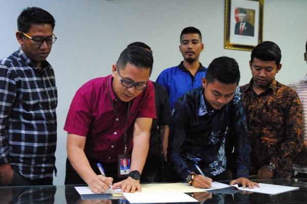 GM Corporate Affairs Asset PT CPI Sukamto Tamrin (kedua dari kiri) dan Ketua HPPMS Riau Iwan Saputra menandatangani naskah kerja sama bantuan paket peralatan sekolah bagi pelajar Suku Sakai dalam acara di Kantor PT CPI Rumbai pada Rabu (5 - 2).