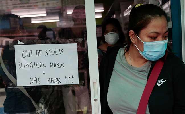 Pengumuman dipajang di toko peralatan medis yang mengatakan masker bedah dan N95 sudah habis di Manila, Filipina, (31/1/2020). Warga berebut peralatan medis seperti masker dan alcohol setela pemerintah Filipina mengkonfirmasi kasus virus corona menyebar disana. Reuters - Eloisa Lopez