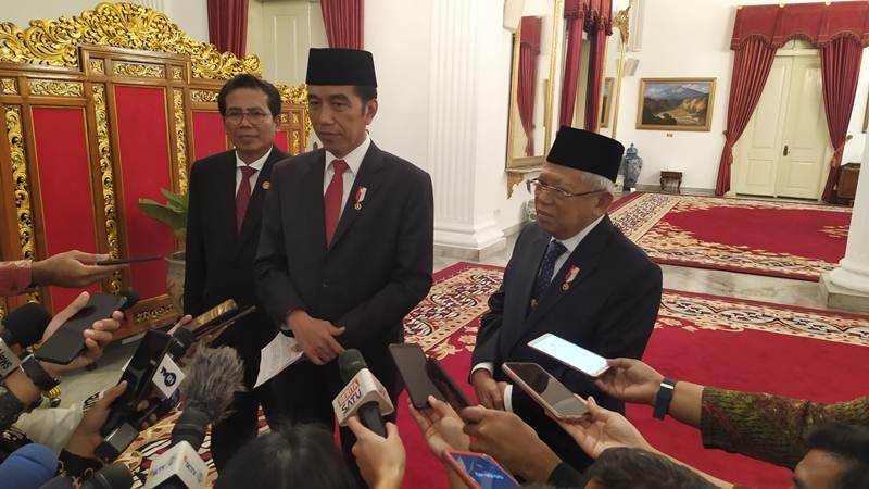 Presiden Joko Widodo (tengah) didampingi Wakil Presiden Ma'ruf Amin (kanan) dan M. Fadjroel Rachman, Juru Bicara Presiden (kiri) memberikan keterangan kepada wartawan di Istana Negara, Rabu (5/2/2020). - Bisnis/Muhammad Khadafi
