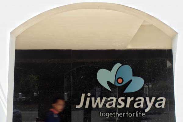 Warga melintas di dekat logo Asuransi Jiwasraya di Jakarta - Bisnis/Himawan L Nugraha