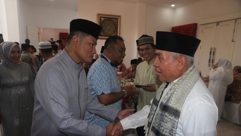 Gubernur Kalimantan Timur Isran Noor (paling kanan) bersilaturahmi dengan warga saat acara open house Lebaran di kediaman pribadinya. - Bisnis/Gloria F.K. Lawi