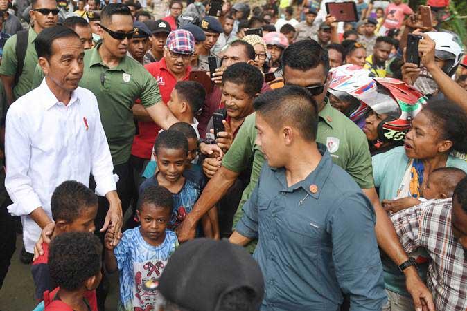 Presiden Joko Widodo (kiri) saat mengunjungi area terdampak banjir bandang Sentani di Jayapura, Papua, Senin (1/4/2019). - ANTARA/Akbar Nugroho Gumay