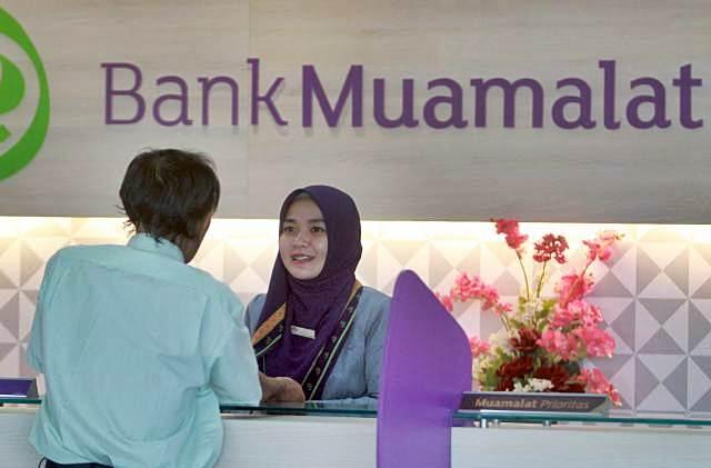 Karyawati Bank Muamalat melayani nasabah di Makassar, Sulawesi Selatan, Rabu (20/2/2019). - Bisnis/Paulus Tandi Bone